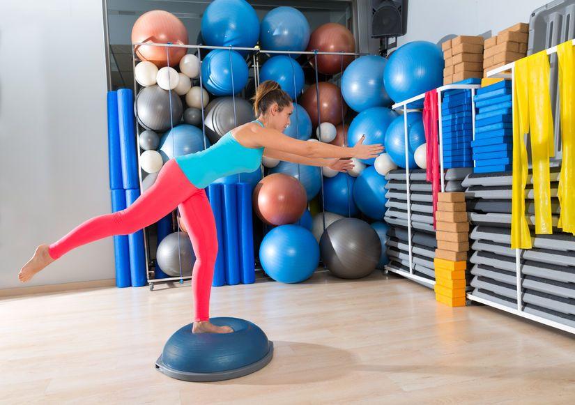 ćwiczenia stabilizujące na piłce bosu