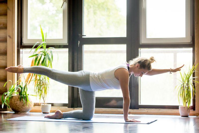 gimnastyka kręgosłupa - unoszenie naprzemienne konczyny górnej i dolnej w kleku podpartym