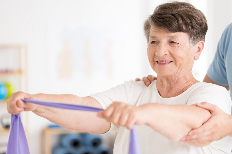 ćwiczenia fizjoterapeutyczne z wykorzystaniem taśm elastycznych