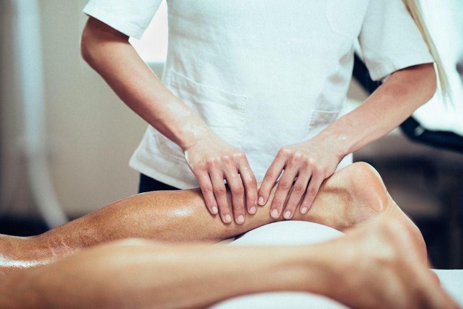 fizjoterapeuta wykonuje masaż