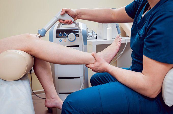 fizjoterapeuta wykonuje zabieg z fizykoterapii