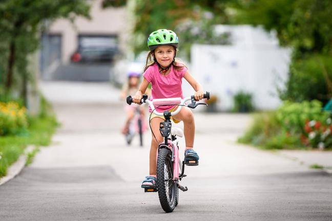 profilaktyka wad postawy - dziewczynka na rowerze