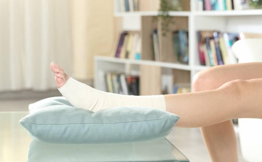 kompresja - owiniecie bandażem elastycznym stawu skokowego